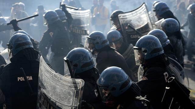 POLIZIA E CARABINIERI DEBBONO ESSERE IDENTIFICATI