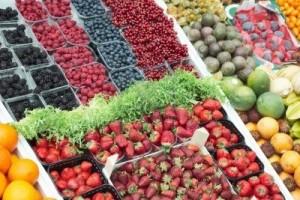 6910446-varie-bacche-fresche-sulla-bancarella-del-mercato-alimentare
