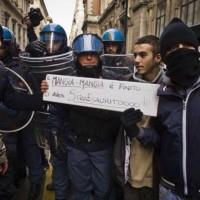LA POLIZIA SI RIBELLA E SOLIDARIZZA CON LA POPOLAZIONE